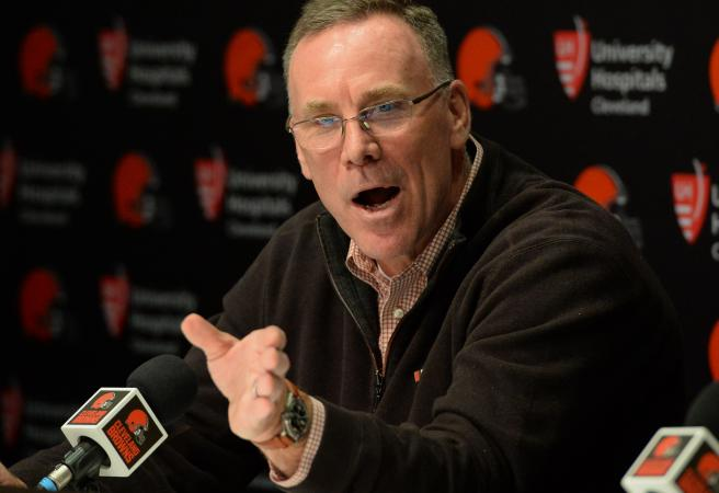 Browns sign controversial running back