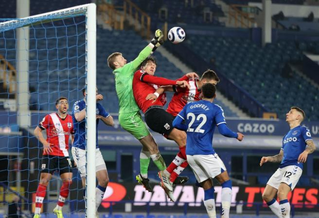 Everton keep top-four hopes alive