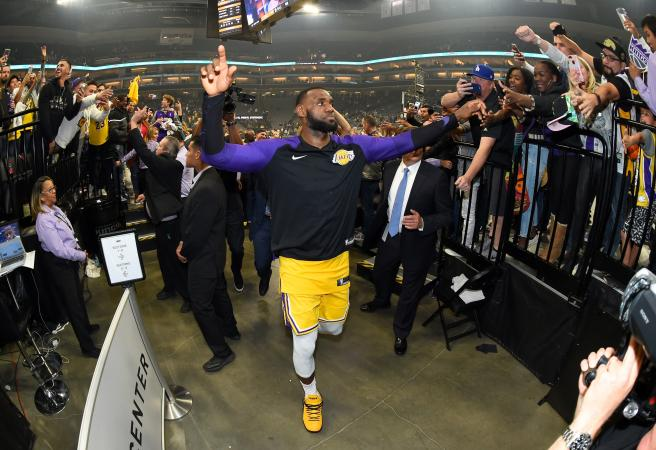 LeBron and his Lakers show Kings who's King