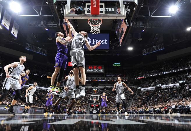 Spurs comeback stuns Lakers, Warriors take down Bucks