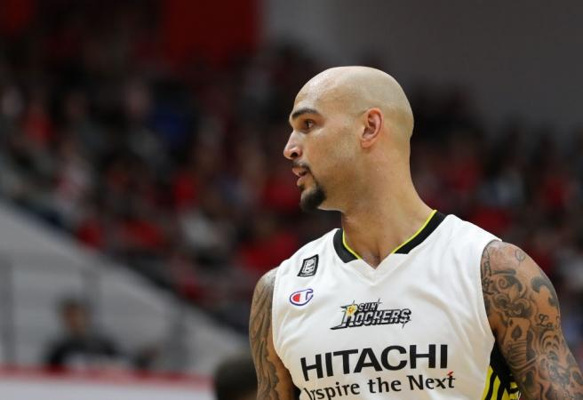 WATCH: Ex-Laker's Japanese dunk contest fail