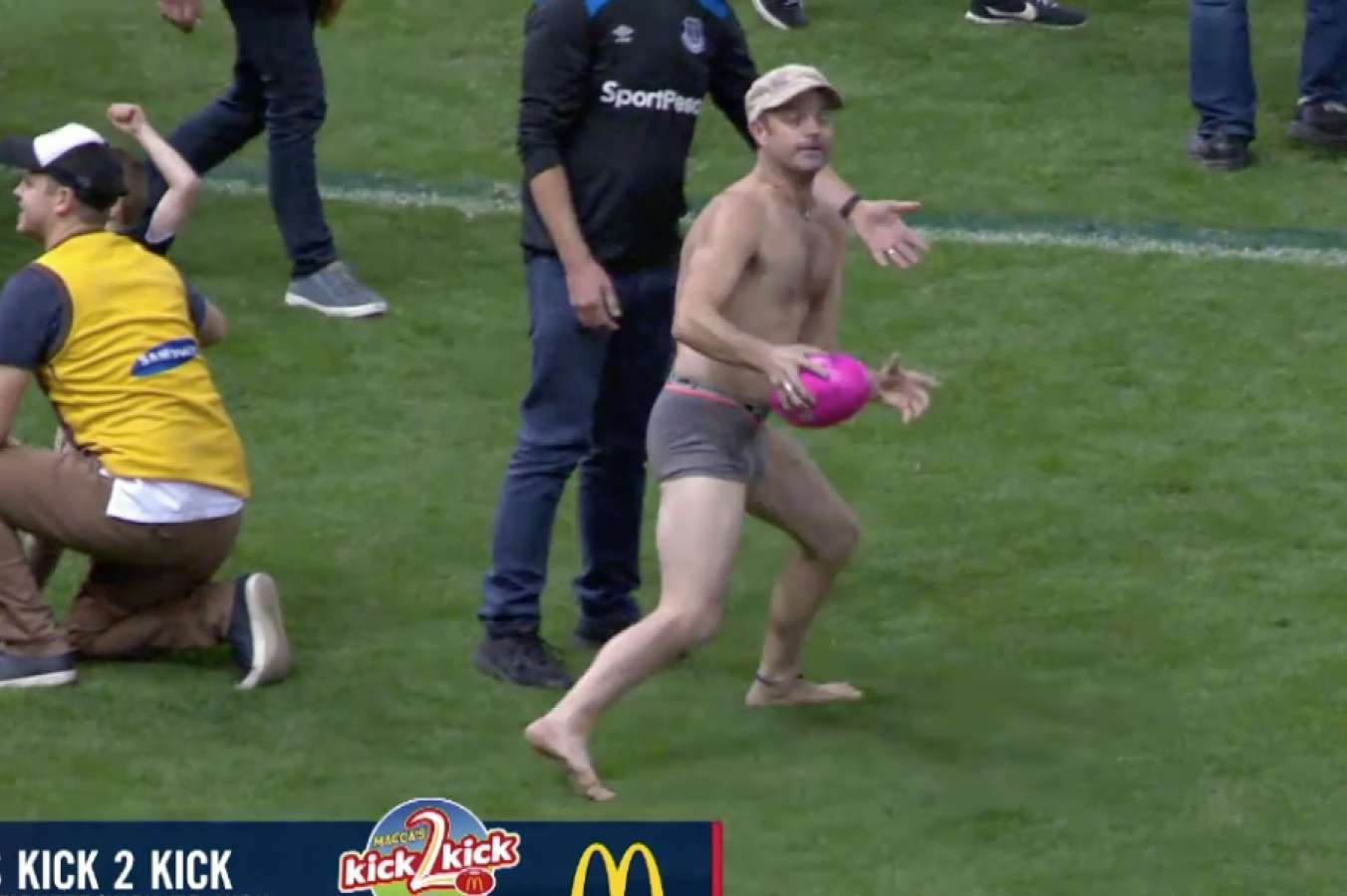 Bloke gets booted off Etihad for playing kick-to-kick in his undies